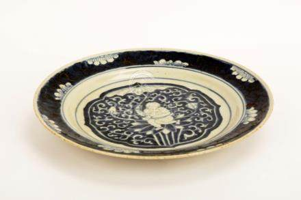 A QING DYNASTY STYLE BLUE AND WHITE PORCELAIN DISH. DOUBLE R