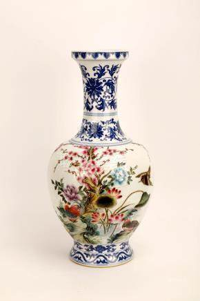 A FAMILLE ROSE PORCELAIN VASE.THE BASE MARKED WITH QING DYNA