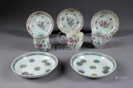 Trois Tasses et trois Soucoupes. Porcelaine de Chine de la Famille Rose. Compag