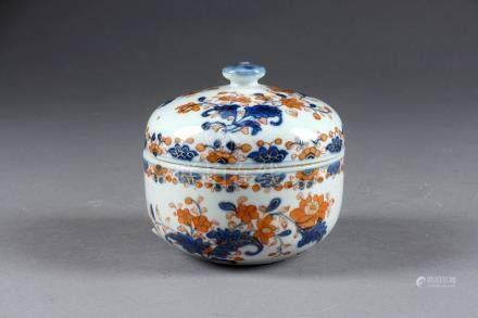 Pot couvert. Emaillé bleu, rouge de fer et or, de végétaux épanouis. Porcelaine