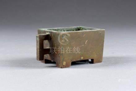 Petit Brûle-Parfum de Forme archaïque. Pieds découpés. Bronze patiné. Marque si