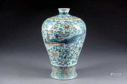 Vase Meiping. Au décor présentant un phénix et un dragon inscrits dans des rinc