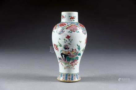 Vase balustre. Porcelaine de Chine de la Famille Rose à décor de fleurs et de m