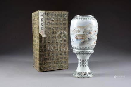 """Lanterne sur pied. Porcelaine de Chine """"coquille d'oeuf"""" à décor polychrome d'u"""