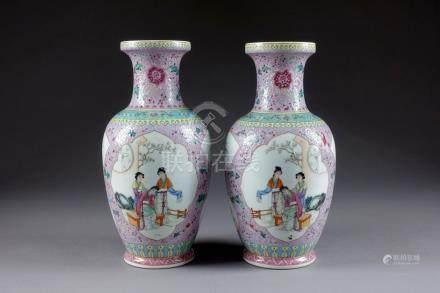 Paire de Vases balustre, de la Famille Rose. A champ fleuri d'où se détachent q