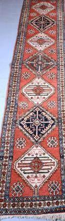 Tapis.   Iran. Tapis de couloir. Dimensions : 75 cm  x  375 cm