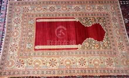 Tapis de prière, Turquie   Dimensions :  190 cm  x  131 cm