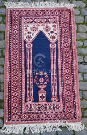 PAKISTAN. Tapis de prière. Dimensions : 134 cm x 81 cm