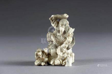 Okimono. Figurant le roi singe terrassant un démon ailé. Groupe en ivoire sculp