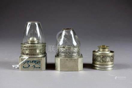 Trois Lampes à Opium. Maillechort orné de motifs ajourés. L'une d'elles présent