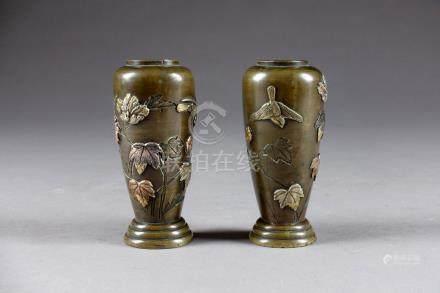 Paire de petits Vases fuselés, sur Pied mouluré. Bronze, à incrustations or, ar