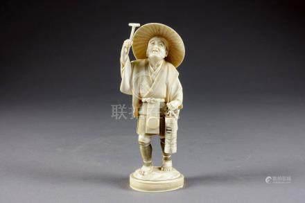Okimono. Figurant un paysan coiffé d'un chapeau, la tête tournée vers le ciel,