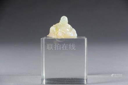 Netsuké. Figurant Milefo assis et souriant. Opale sculptée.Rare. Dimensions: 3,