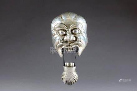 Masque de Théâtre Nô, en réduction. Figurant un démon la bouche ouverte. Argent