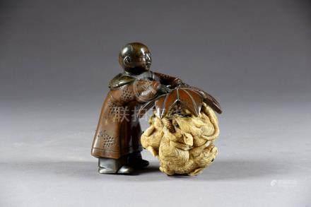 Okimono. Figurant un enfant debout retenant une sphère en ivoire sculpté de rat