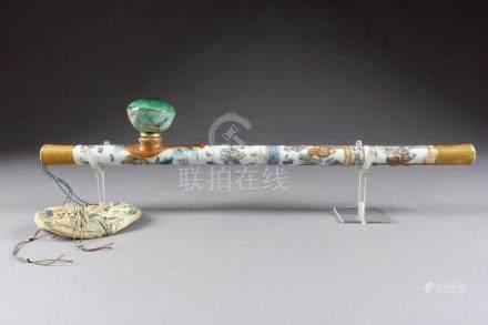 Rare Pipe à Opium. Porcelaine polychrome, à émaux fencai, décorée en trois regi