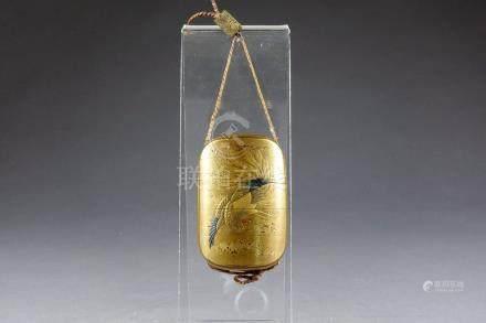 Inro. A quatre compartiments. Laque or et argent, en léger relief et à incrusta