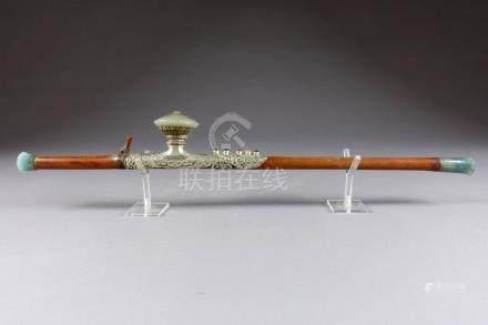Pipe à Opium en Bambou. Monture en métal découpé et ajouré, à motifs de Ru-Yi,