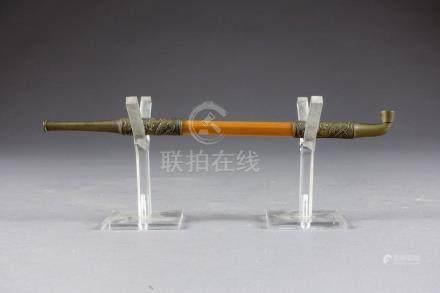 Petite Pipe à Opium, japonaise. Bambou et laiton à motifs de dragons. XIXe/XXe
