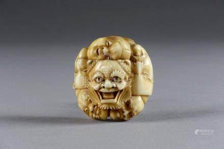 Netsuké de type Manju. Formé d'une ronde de six masques de théâtre Nô, aux pupi