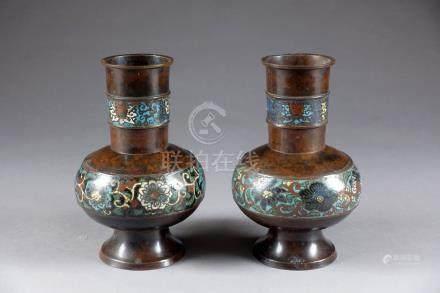 Paire de Vases. A panse, aplatie et à large col tubulaire, présentant un décor