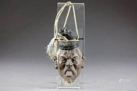 Petit Masque. Inspiré du théâtre Nô et figurant un vieil homme grimaçant. Yeux