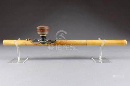 Pipe à Opium. Ivoire sculpté à l'imitation d'une tige de bambou. Arrêtoir figur