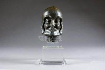 Tête d'Arhat. Le crâne rasé, les pommettes saillantes, les joues creusées, le m