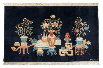 BAO-TAO (Chine), début du 20e siècle Fond bleu marine décoré par des vase fleur