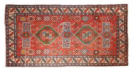 KAZAK (Caucase), fin du 19e siècle Fond brique décoré par cinq médaillons bleu