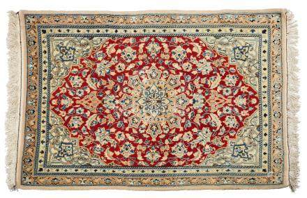 NAÏN incrusté de Soie (Perse), époque du Shah, milieu du 20e siècle Un champ ru