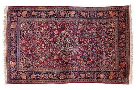 KACHAN (Perse), milieu du 20e siècle Un fond rouge cerise aux multiples décors