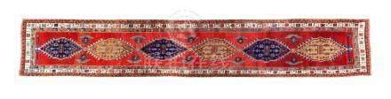 Galerie SARAB (Perse), 1er tiers du 20e siècle Fond rouge cerise décoré par une