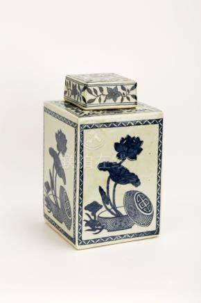 A QING DYNASTY STYLE BLUE AND WHITE PORCELAIN SQUARE