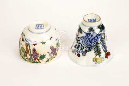 (2) A PAIR OF DOUCAI BOWING CUPS WITH FLOWERS DESIGN.DA