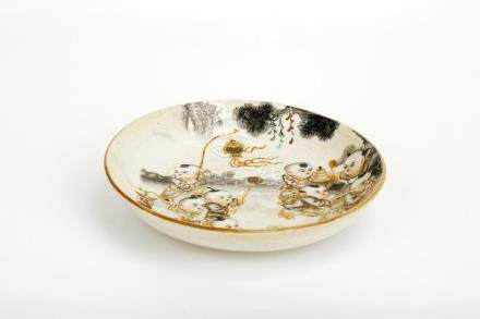 A GILT FAMILLE ROSE PORCELAIN DISH.THE BASE MARKED WITH