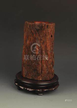 A FINELY CARVED WOOD BRUSH HOLDER