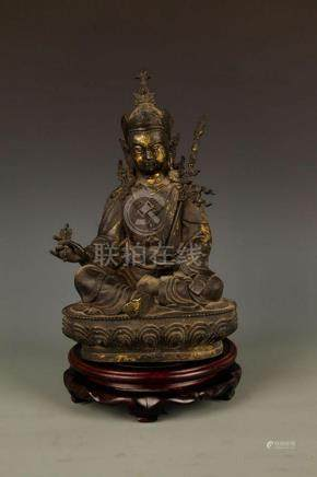 A FINELY CARVED SEATED GUAN YIN BRONZE FIGURE