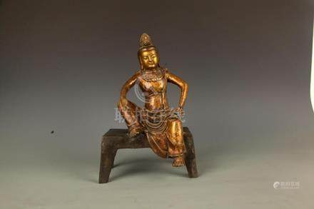A FINELY CARVED BRONZE SEATED BUDDHA FIGURE