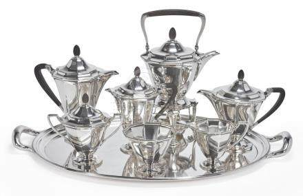 AN AMERICAN SILVER SEVEN-PIECE TEA AND COFFEE SET WITHSIMIL