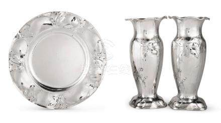A PAIR OF AMERICAN SILVER BUD VASES AND SMALL PLATE, MARTELÉ