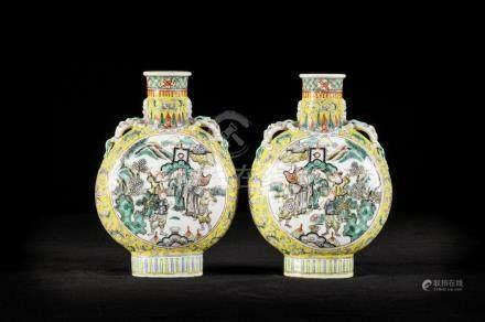 Pair of moon flasks in Chinese famille verte porcelain 'warriors' (*) (24cm)