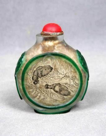 Tabaquera china, ppios. S.XX, en vidrio, decorada con figura