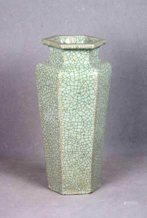 Jarrón chino en porcelana celadón, S.XIX, con cuerpo hexagon