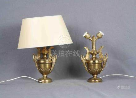 Pareja de lámparas de sobremesa en bronce dorado, una de ell