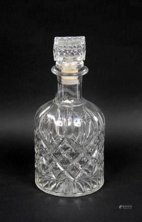Licorera en cristal tallado. Alt.: 22,5 cm.