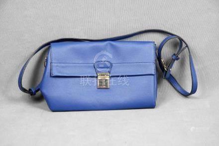 Bolso de la firma PARFOIS, en color azul con herrajes en dor