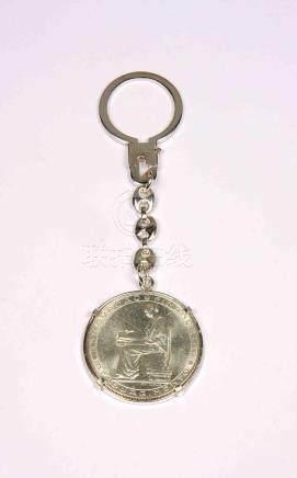 Llavero en plata, con moneda de 20 escudos de Portugal, año
