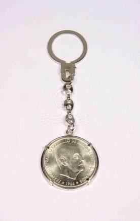 Llavero en plata, con moneda de 100 pesetas de Franco, año 1