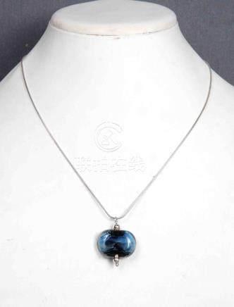 Colgante en plata y cristal azul, con su cadena.